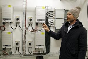 Plusenergi betyder att man på årsbasis producerar mer energi än vad huset gör av med.  Vd Svante Jernberg visar elmätarna i källaren.