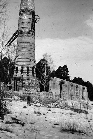 Ruinen efter kalkugnen vid Lärkträdsbacken. Förutom denna fanns även Aktiebolaget Kalkbacken och Strå kalkbruk som startade kring sekelskiftet mellan 1800 och 1900-tal. Tjalle Forsberg har delat även denna bild. Foto: Privat