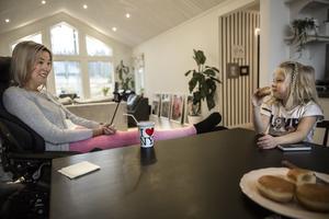 Sofia och Freja Román tjuvstartar fredagsmyset med äppelmunk, hemma i köket i Bältarbo.