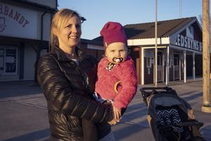 Therese Ahlgren och dottern Astrid Hellgren ser familjefadern Stefan Hellgren gå i mål.