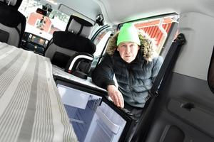 Thomas Björn visar upp sin elbil som han också numera använder som husbil.