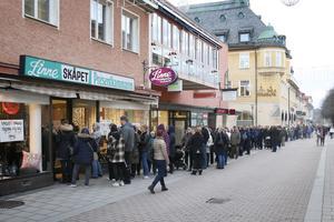 Kön ringlade lång innan Linneskåpets konkursutförsäljning startade.
