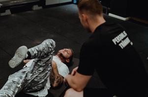 """Efter många, långa stillasittande år i rullstolen har Joakim Andersson kommit igång med träningen – och har lärt sig gå igen med hjälp av personlige tränaren Christian Ellefors.""""Det får ta den tid det tar men den där rullstolen ska väck"""", säger Jocke.Foto: Martin Bohm"""