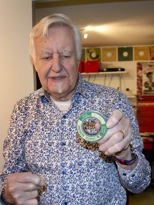 Björn Westrost visar upp en magnettråd som man använde för att spela in från trådspelaren.