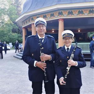 Olle och Lena Nilsson då de spelade med Skutskärs musikkår på Blåsmusik i Regementsparken. En klarinett i stil med den Lena har skulle kosta omkring 30 000 kronor helt ny.