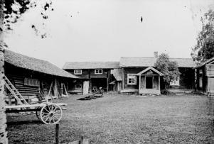 Karl Lärka fotade landskapet och miljöerna i Färnäs på 1920-talet. I bild ser man Mitjilåsgården norr i byn, Foto: Karl Lärka/Mora Bygdearkiv