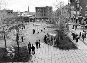 Så här såg Stortorget ut i början av 1980-talet. Träden som planterades på 60-talet har vuxit upp. Annars har inga stora förändringar av torget gjorts.