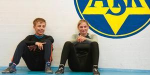 Niklas Öhlén och Tindra Sjöberg var två av brottarna som brottade hem ett guld i helgen.