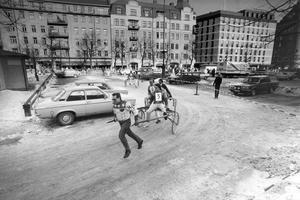 Bildkälla: Örebro Stadsarkiv/Peter LindströmTrav på Järntorget 1987. Kapplöpning mellan Örebrotravets kuskar.