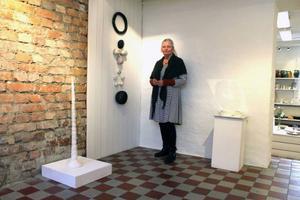 Elin Ståhl intill sitt verk