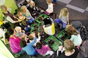 Barnen från kulturförskolan Flygande Draken fick prova på att bygga växthus och plantera frön på Bomässan under fredagen.
