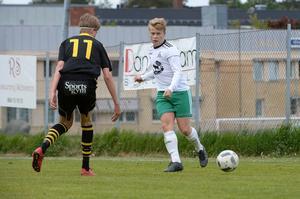 Eddie Åman, Kubens nummer 11, försöker avstyra en passning från en Alsenspelare.