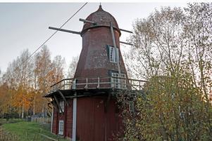 Medaljens baksida. På framsidan är Kånsta kvarn rödfärgad och uppsnyggad för  tv-program och besökare.  Men baksidan avslöjar att fasaden är i uselt skick.  Spånorna skulle bytts i höst, men det projektet är uppskjutet till våren och kostnaden ännu oklar.