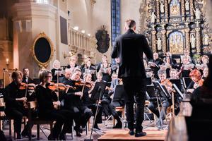 Marcus Edgar, kantor i Heliga trefaldighets kyrka, dirigerade kör och orkester. Bild Camilla Dal