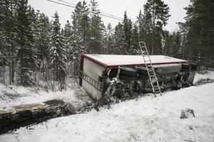 Efter lunch påbörjades arbetet med släpet. Bland annat måste hjulen som ligger under snön skottas fram.