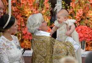 Prinsessan Sofia och ärkebiskop Antje Jackelén med prins Alexander under prins Alexanders dop i Drottningholms slottskyrka fredagen den 9 september 2016. Foto: Jonas Ekströmer/TT