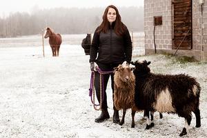 Frida jobbar hemifrån. Här på bild hemma på sin gård tillsammans med djuren.