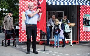 Socialdemokraternas valspråk starkare tillsammans blir konkret när röda kettlebells intar partiets valstugan på Politikertorget. Alf Eriksson (S) demonstrerar sin styrka.