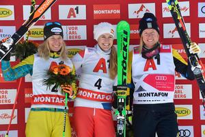 Podie med Heidi Zacher, Fanny Smith och Sandra Näslund.