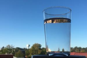 Mycket dricksvatten försvinner på grund av dåliga ledningar, skriver debattörerna.