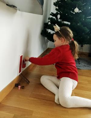 Förra året var dörren röd, i år har den målats grå. I den lilla postlådan lämnade tomtenissen små brev till Idun, då fem år, vilket var mycket uppskattat. Foto: Privat