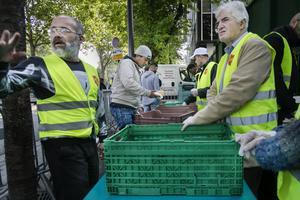 Hjälparbetaren George och hans kollegor från Fondation de l'diarre du salud delar ut mat åt hemlösa varje dag.