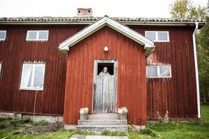 Farstukvisten behöver rätas upp och den trasiga dörren kommer bytas ut. Men Denice ser charmen i timmerhuset i Thorsgård bortom alla renoveringssteg.