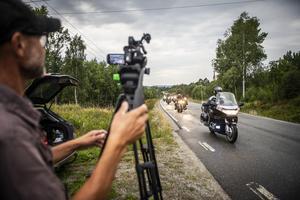 Patrik Lindmark, fotograf på inspelningen filmar de ungefär 60 stycken motorcyklar som tagit sig till inspelningen.