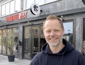 Daniel Sandström har precis öppnat sin tredje restaurang i Menageriet i Stenstan. Nu försöker han sälja sina kaféer i Stenstan, BIrsta och Umeå. Trots stort intresse har det inte blivit någon försäljning ännu.