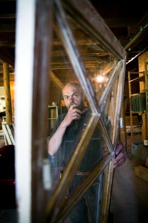 Stefan Andersson med ett fönster som efter lite underhåll kommer fungera i många år framöver.