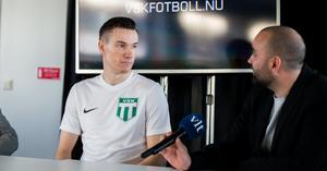Pontus Fredriksson intervjuas av klubbchefen Andreas Dayan.