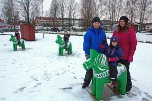 Både barn och personal på förskolan kristallen är nöjda med de gröna dalahästarna. Personalen som syns på bilden är Anette Sjöström och Mona Gustafsson