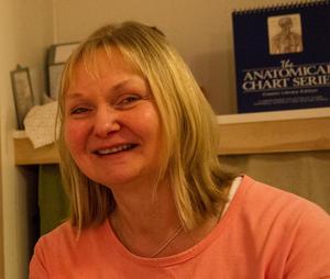 Birgitta Hultqvist, diplomerad Tragerterapeut, har egen erfarenhet av spända käkar.  Hon hade i trettioårsåldern ett arbete som kommunikatör med ständig tidspress. Tandläkaren upptäckte att emaljen var sliten. Det syntes att Birgitta gnisslade tänder om nätterna.  Birgitta blev hjälpt av Tragermassage som hon kom att intressera sig för så mycket att hon bytte yrkesbana. Numera klarar hon sig utan bettskena.Birgitta har mottagningar i Stockholm och Tillberga. Hon driver företaget Inspiranna.