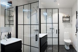 Både duschrummet och badrummet har vita kaklade väggar och mörkt klinkergolv. Foto: Utsiktens foto.