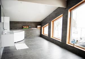 Utsikten mot Marmen är fantastik. Linus pappa ritade och byggde huset tillsammans med Linus för snart 8 år sedan. I de stora fönsterpartierna kommer Linus att klä in fodren med vita träbrädor.