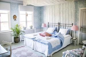 Det största gästrummet på gården är luftigt och inrett i lugnande himmelsblått.