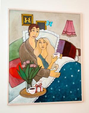 I vardagsrummet hänger en målning av Hoforskonstnären Pia De Veen.
