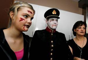 Hela familjen spökade på fritidsgården i går, Emma Jonsson med pappa Lars Nilsen och mamma Lena Jonsson.Foto: Henrik Flygare