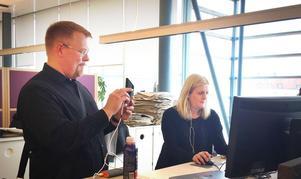 Stressat läge. Forskaren Oscar Westlund dokumenterar med mobiltelefonen hur nyhetschefen Helena Grahn arbetar inför en livesändning. Larmet gällde en brand vid en skola, men visade sig vara felaktigt. Det var ingen brand. Livesändningen avblåstes, reportern vände. Samtidigt åkte också polis och brandkår från platsen.