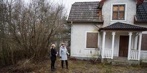 Gårdens huvudbyggnad är förfallen. Bakom Gunilla Lindstedt och Karin Wallin skymtar sjön Yngern.