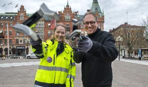 Malin Håkansson, projektledare för Rent och snyggt och Jonas Albecker från Stadsutveckling i Sundsvall var på Stora torget och städade.