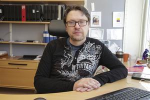 Chefens beteende gentemot kolleger och personal har skapat oroligheter i arbetsgruppen, uppger Anders Nohrstedt.