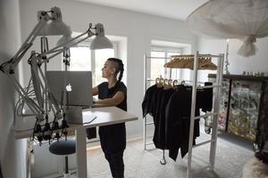 Maliin jobbar hemma i sitt arbetsrum där hon också har sin butik Maliin Store.