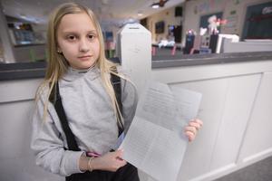 Anna Andersson, 10, visar upp en av namnlistorna som börjar fyllas på med underskrifter.