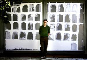 Johan Ledung framför ett av sina verk från 2008. Arkivbild: Håkan Risberg/NA