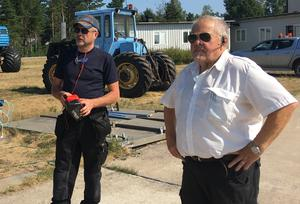 Arne Linding, LVR och Sture Westberg, APPS i Söderhamn förbereder för att tanka de italienska brandflygen ifall de behöver landa på F15 i Söderhamn.