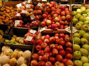 Äpplen i livsmedelsbutik. Royal Gala, de röda i mitten, är från SydtyrolenFoto: Hasse Holmberg/TT
