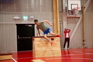 Genom cirkelträning eller bollsport höjer eleverna på Torekällgymnasiet pulsen – för att öka elevernas fokus under lektionerna.