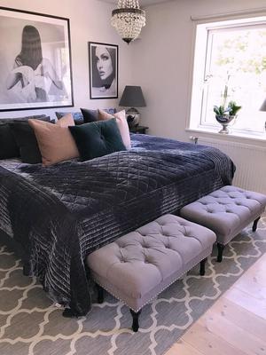 Bänkarna vid sängens fotända, hemma hos Claudia Gullström, är både vackra och praktiska.Foto: Privat