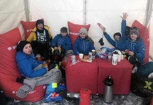 Hemmaklubbens yngre åkare hade eget tält att vila upp sig i. På bilden Nils Oberpichler, Neo Vastro, William Bäck-Ekqvist, Elin Lennartzon, Liam Karlgren och Thea Stensson.